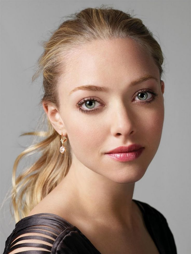 Amanda Seyfried, delicately, elegant makeup.