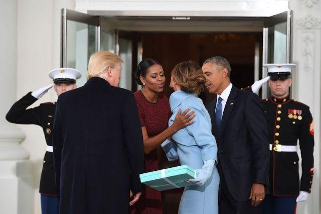 Setelah menikmati liburan bersama Barack di Kepulauan Virgin dan Pasifik Selatan, Michelle Obama membuat penampilan publik pertamanya sec...