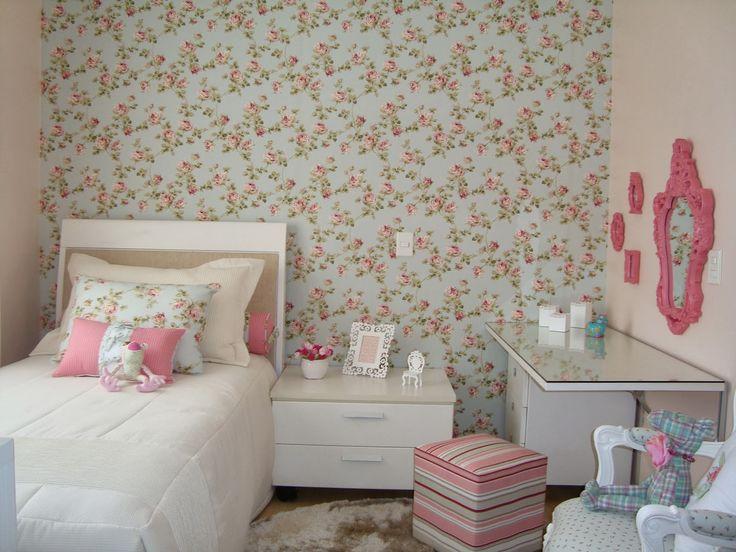 Charmoso+e+romantico.+Parede+revestida+com+tecido+floral+e+almofadas+coordenando+com+o+tecido+de+parede.JPG (1600×1200)