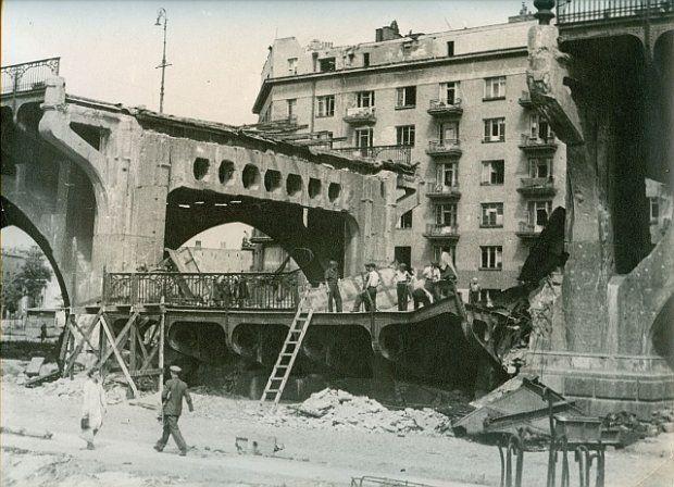 Odbudowa zniszczonego Mostu Poniatowskiego w 1945 roku