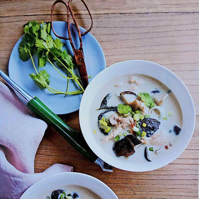 Sopa tailandesa con pollo  1 cubito de caldo de pollo diluido en 75 cl de agua templada 40 cl de leche de coco 1 filete de pollo de buen tamaño 200 g de champiñones perfumados (shiitakes) 3 tallos de citronela fresca 1 trozo de jengibre (del gosor de un pulgar) 1 pimiento tailandés pequeño (o ½, según el gusto) 1 cebolla nueva pequeño o 1 cebolleta ½ lima 2 hojas de combava 10 hojas de cilantro fresco 1 cucharada sopera de nuic-mâm 1 cucharadita rasa de azúcar extrafino
