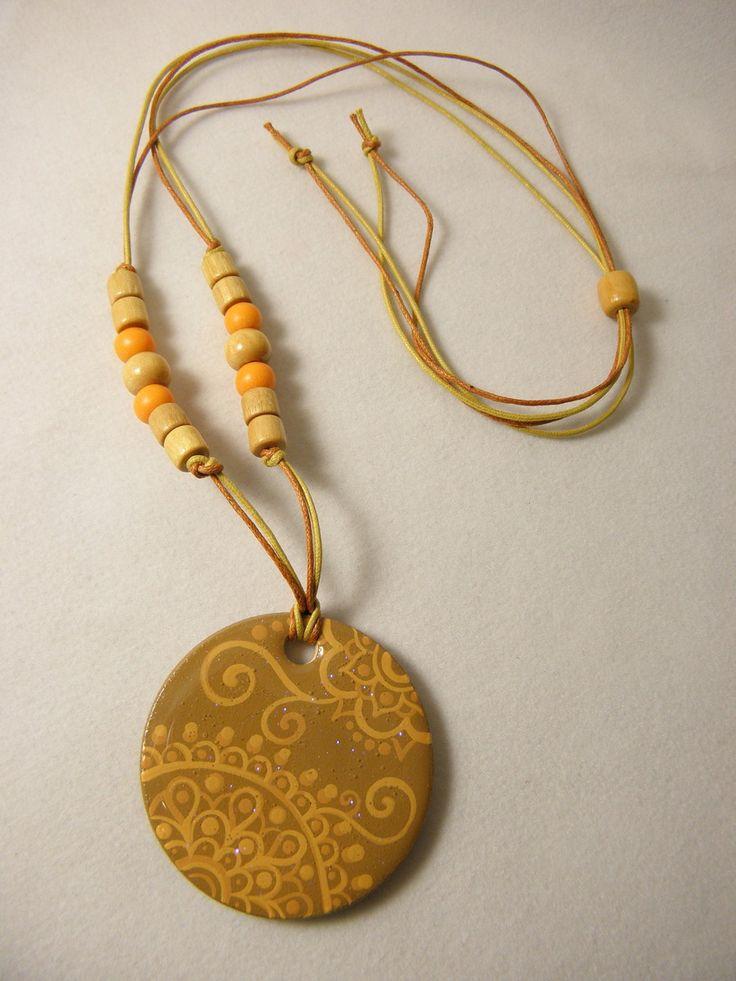 PEÇA ÚNICA! <br> <br>Colar confeccionado com massa de biscuit, pintado à mão, estampa única <br>Mandala inspirada nas hennas indianas <br> <br>Acabamento com vidro líquido ( resina ): muita elegância e durabilidade <br> <br>cordão regulável <br> <br>Uma maravilhosa opção de presente, original e criativo.