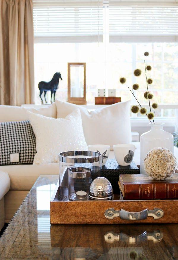 Gyllent, sort og hvitt i stuen
