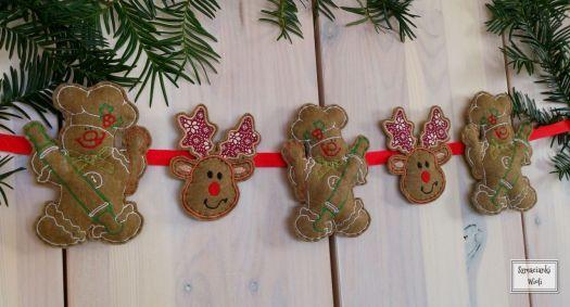 Haftowana girlanda na Boże Narodzenie. Doskonała ozdoba do pokoju dziecka lub innego wnętrza. Girlanda składa się z wyhaftowanych aplikacji kolorowych reniferów i pierniczków na filcu, wypełnione sztucznym puchem.