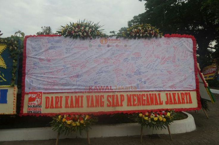 Pendukung Ahok Kirim Bunga Untuk Anies Sandi Yang Isinya  ForumViral.com - Karangan bunga berisi ucapan selamat untuk Gubernur DKI Jakarta Anies Baswedan dan Wakil Gubernur Sandiaga Uno masih dipajang di Balai Kota sampai hari ini, Rabu (18/10/2017). Di antara sekian banyak karangan bunga, ada satu yang berbeda dari yang lainnya.  #Jokowi #Ahok #AniesSandi #Inpress #Anies #Sandi #Pribumi   Selengkapnya http://www.forumviral.com/2017/10/pendukung-ahok-kirim-bunga-untuk-anies.html