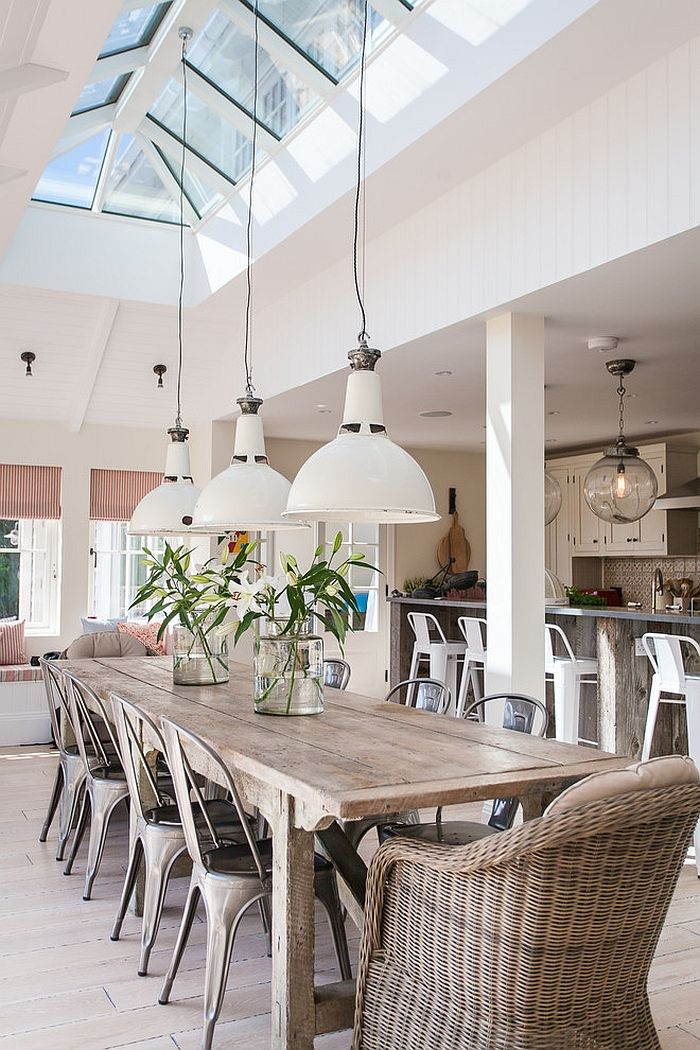 Natural materials and decor give the beach style dining a serene look [Design: Randell Design Group]
