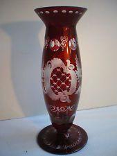 vase soliflore cristal de Bohème bicolore, ciselé rouge et blanc: Oiseau en vol