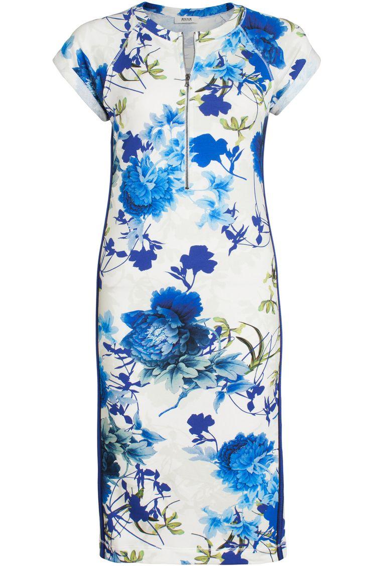 Jurk met bloemenprint van het merk Anna. De jurk heeft aan beide zijden een blauw zwarte bies.
