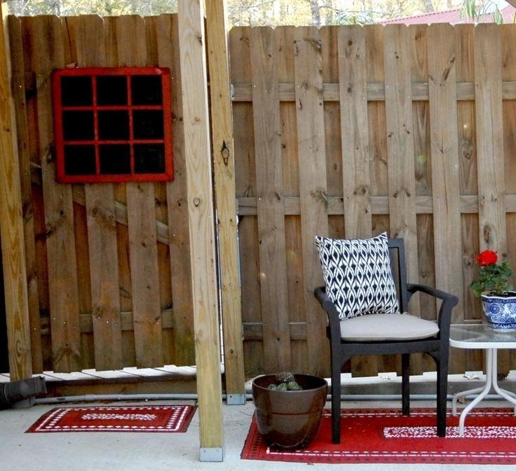outdoor-teppiche-design-bunt-muster-rot-stuhl-kissen-sichtschutz-holzpaneele-pflanzkuebel