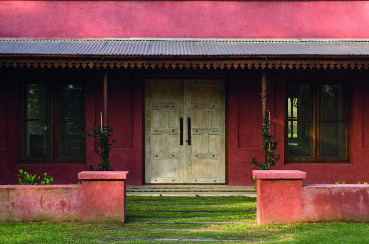 La entrada principal est precedida por un muro bajo que for Casa y jardin abc color