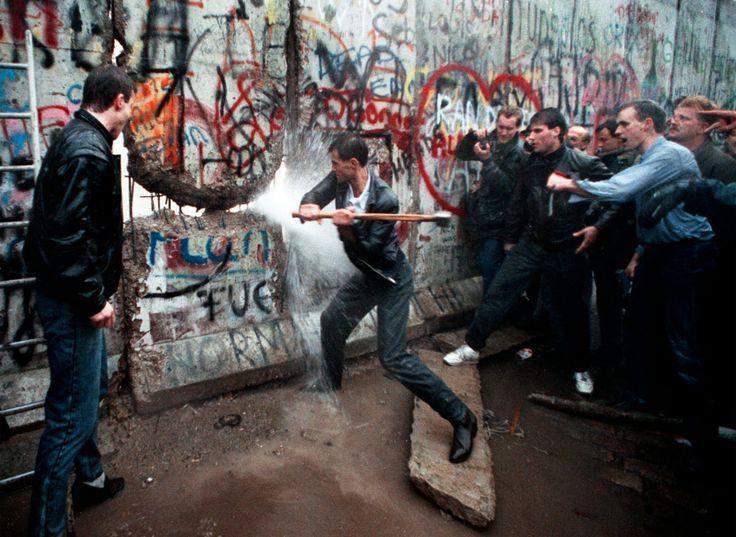 """Chiamato dalla propaganda della DDR """"barriera di protezione antifascista"""" (in tedesco: """"antifaschistischer Schutzwall""""), il muro di Berlino (in lingua orig"""