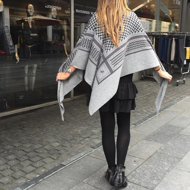 Big Classic triangle Lala Berlin scarf ❥ newin colors lubecca,flanella og City…