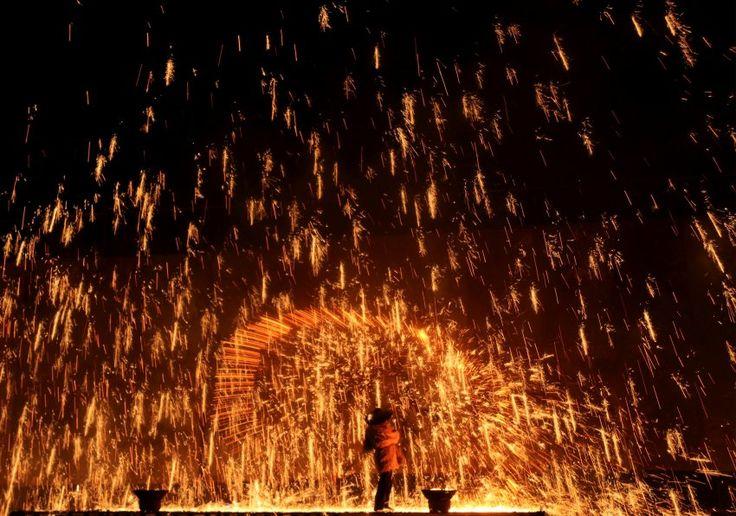 Funkenschlag (30.05.2017) Ein Feuerkünstler wirft geschmolzenes Eisen gegen eine Wand - Funken stieben in alle Richtungen. Gefeiert wird hier das Drachenboot-Festival in Zhangjiakou, in der chinesischen Provinz Hebei.