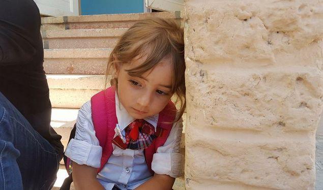 Kesedihan Gadis Cilik Nan Cantik Anak Yatim Palestina Ini Membuat Banyak Netizen Ingin Adopsi  [portalpiyungan.com]Abdillah Onim biasa dipanggil Bang Onim relawan Indonesia yang tinggal di Gaza menceritakan tentang gadis cilik nan cantik anak yatim Palestina yang membuat netizen sedih terharu menangis dan ingin mengadopsinya. Si Rafah anak yatim murid TK Nurani Indonesia di Gaza Palestina. Dia duduk sendirian dan merenung kayanya sedih bangat. Tanyaku pada kepala sekolah: Bu kenapa kok Rafah…
