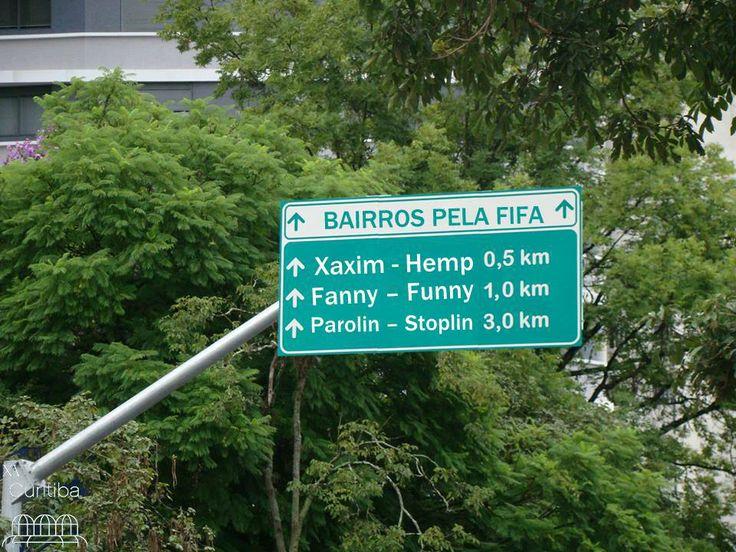 Prefeitura de Curitiba junto com a Comissão da Fifa resolveram traduzir as placas de todos os bairros de nossa cidade.