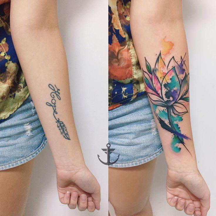 Cobertura realizada por Felipe Bernardes.  Cobertura de um nome por uma flor no estilo colorido.  #tattoo #tatuagem #art #arte #cobertura #flor #nome #escrita