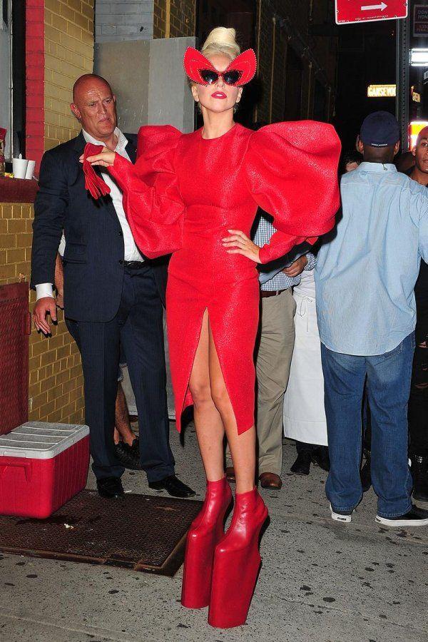 Красное платье Леди Гага, фото
