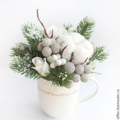 Купить или заказать Новогодняя композиция в чашке в интернет-магазине на Ярмарке Мастеров. Интерьерная композиция с розами, хлопком, брунией и снежноягодником выполнена вручную из полимерной глины, дополнена искусственными еловыми веточками и снегом. Букет не хрупкий, перенесет пересылку. Цветы надежно закреплены в фарфоровой чашке. Цветы из полимерной глины выглядят очень реалистично, не требуют особого ухода и сохранят свой первозданный вид на долгие годы.