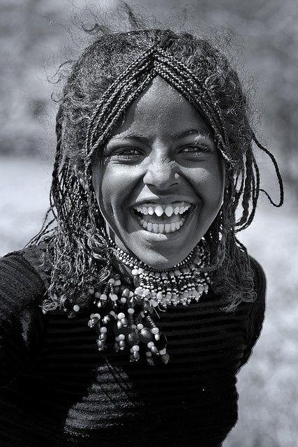 Afar girl, Danakil, Ethiopia. Une petite fille a qui les dents ont été limées, espérant que le rituel traditionnel se soit arrêté là.