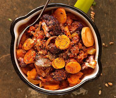 Gryta är tacksamt att laga. Alltid lika värmande och varierbar. Den här vegetariska skördegrytan har persiljerot, morötter, blomkål och hela burktomater som bas. Smaken är milt syrlig med örtighet från timjan. Förstärk den gärna med bönor och linser.