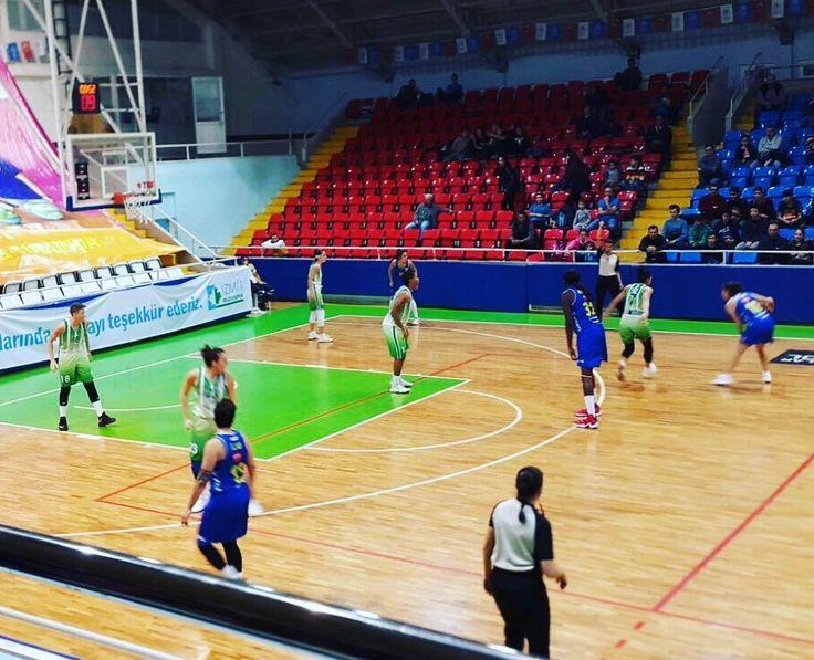 Türkiye Kadınlar Basketbol Ligi 7. hafta müsabakasında İzmit Belediyespor'a konuk olan Edremit Belediyesi Gürespor, karşılaşmayı 57-59 kazandı ve son iki karşılaşmadaki yenilgi serisine son verdi. Kocaeli Atatürk Spor Salonu'nda oynanan karşılaşmaya iyi savunma yaparak başlayan Körfezin Melekleri, ilk periyotu 11-16 önde tamamladı. İki takımın da hücumdan ziyade savunmaya ağırlık verdiği ikinci periyot, 15-17'lik periyot skoruyla tamamlanırken, Edremit Belediyesi Gürespor, soyunma odasına…