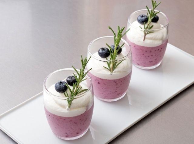 ムース・オ・ミルティーユ(ブルーベリーのムース) - 横田 康子シェフのレシピ。基本のフルーツ入りムースの作り方をご紹介します。 生ブルーベリーの美味しさをいかし、口当たりがよくなる様に、ジューサー等でしっかり細かくします。レモン汁を少し加えることで色を良くし、味を引き締めます。 生クリームの泡立て方や泡立て具合、合わせる時の温度を守って作ってください。