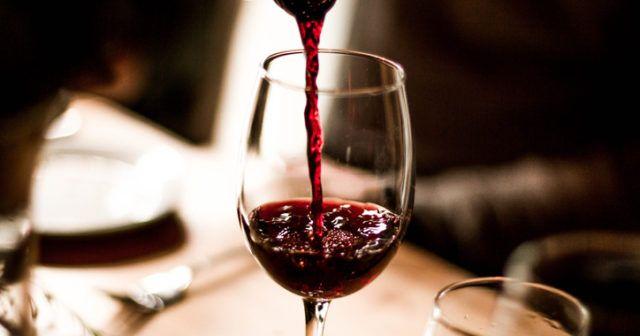 Bästa tiden att ta ett glas vin är på kvällen visar flera studier. Anledningen? Det kan hjälpa dig att gå ner i vikt!