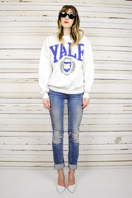 Sweat shirt jeans and pumps cute.