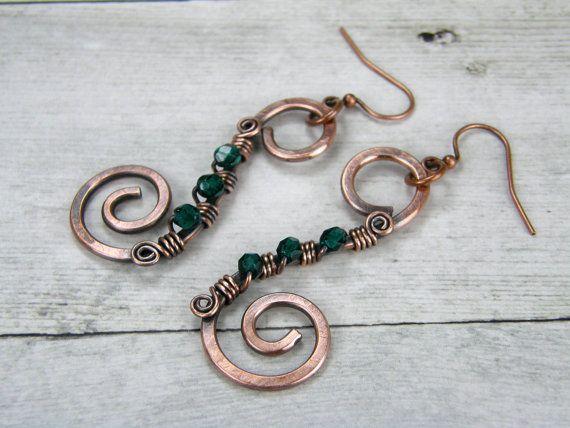 Smeraldo verde filo avvolto rame orecchini, orecchini a spirale di filo di rame, martellati anticato filo di rame avvolto orecchini