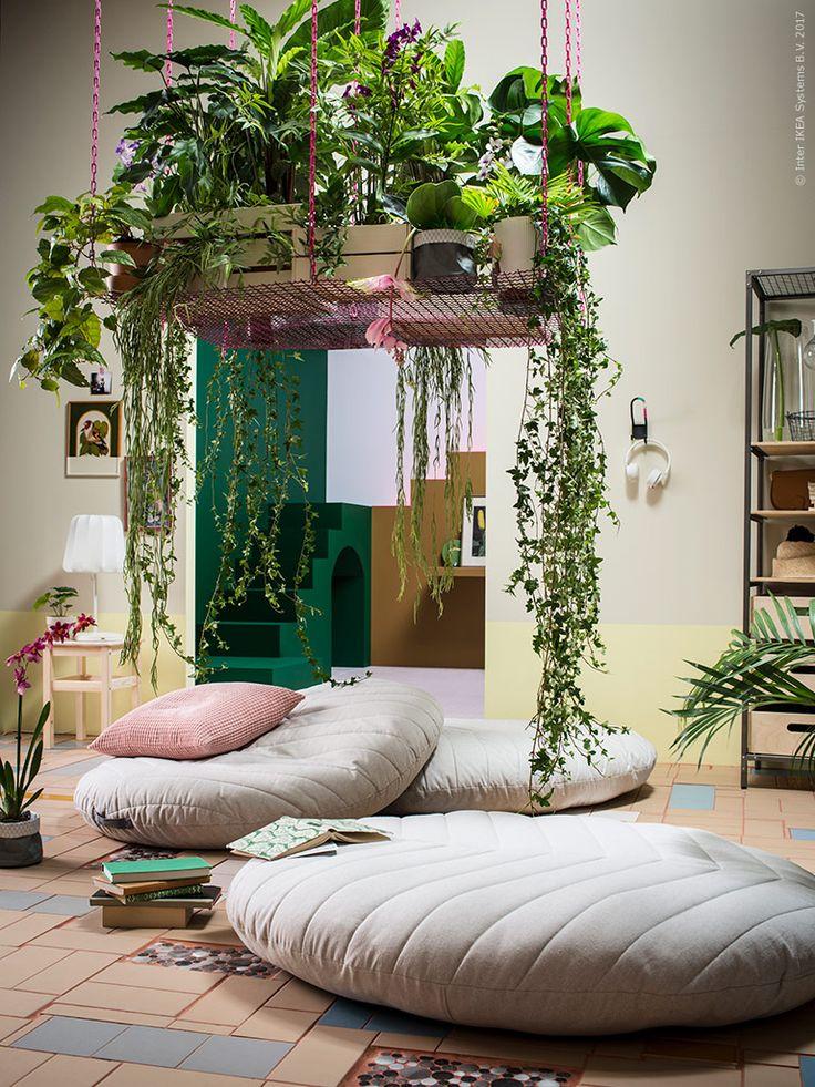 DIHULT sittkudde med formen av ett blad ger gott om plats för socialt häng.