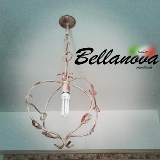 Lampadario in ferro battuto realizzata completamente a mano, ricalcondo il design dei rami di un fiore, Il lampadario è stato successivamente pittato con un colore bianco con tocchi artistici tendenti al rosso per donarli proprietà antiossidanti ed un colore meraviglioso ed unico. #Lampadario #lampada #lumiera #luce #lampadari #italian #handmade #artigianale #made in italy #art #designer #light chandelier #lamp holder #portalampada #candelabrum