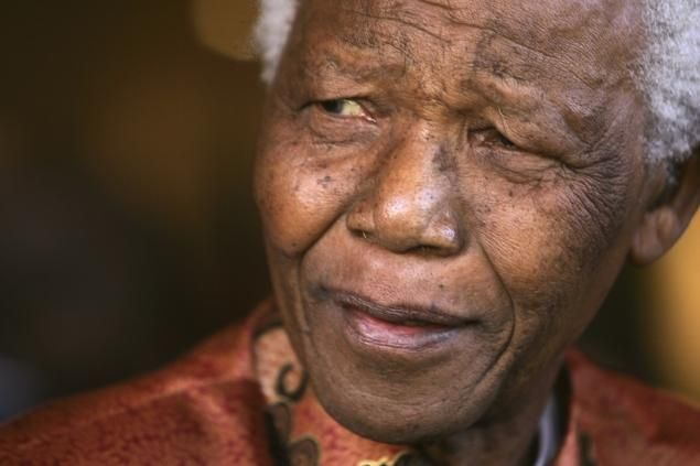 """Former South African President Nelson Mandela smiles as he formally announces his retirement from public life at his foundation's offices in Johannesburg in this June 1, 2004 file photo. Mandela is """"responding better to treatment"""" for a lung infection, President Jacob Zuma said on June 12, 2013.   REUTERS/Mike Hutchings/Files   (SOUTH AFRICA - Tags: POLITICS OBITUARY)"""