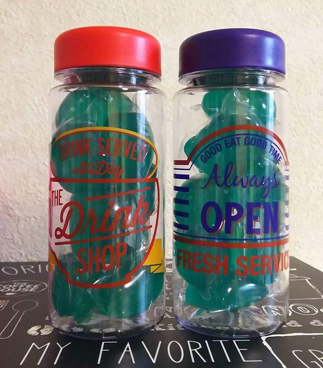 ペットボトルのように水を入れて持ち運ぶことができる「ウォーターボトル」。100均をはじめ、各インテリアショップからオリジナルデザインのボトルが発売され、人気を博しているグッズです。透明で中に入れているものが見えるボトルを活用して、飲み物を入れるほかにおしゃれな収納グッズとして活用している人も多いとか。参考にして取り入れたくなる、みんなの驚きのウォーターボトルの便利な活用例をたっぷりとご紹介します。 | ページ2
