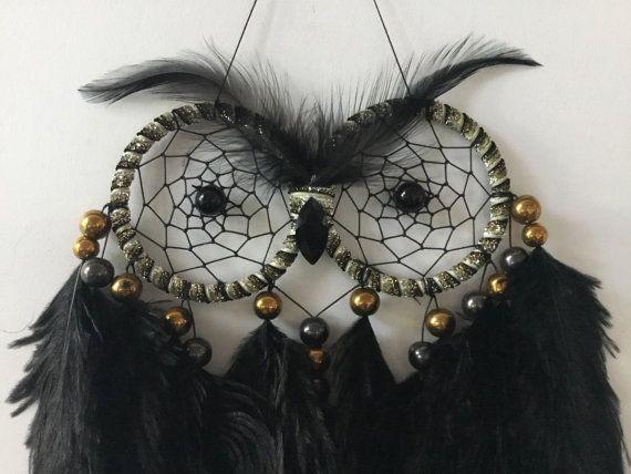 Tamaño Normal made con 3 ojos Atrapasueños negro y oro buho  Este es un hermoso búho hecho con 3 de negro y ojos de cinta de oro que han sido tejidas en juego negro con una tira de centro de onix negro, impresionante teñido de plumas de avestruz negro (cuerpo) y teñido de plumas de cuello de hackle de gallina (cejas), nariz negra de cristal vidrio jet, negro bonito y go, d electrochapado perlas de vidrio, 45-50cm de altura (desde la parte superior del gancho hacia abajo) x 25 cm de ancho…
