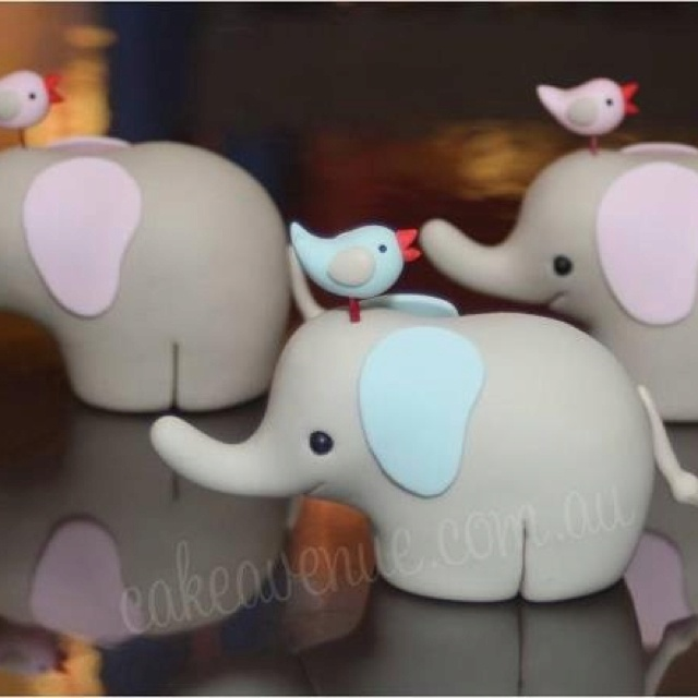 Elephants waiting for their balloons By Cake Avenue on Facebook