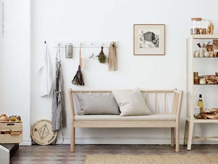 BJÖRKSNÄS soffa platsar på många ställen i hemmet. Kuddar i soffan ur kollektionen SINNERLIG. Häng upp allt du kan tänkas behöva på KUBBIS hängare,  IKEA 365+ kökshandduk. I vitrinskåpet FABRIKÖR, ryms det mesta. Uppe på skåpet står SINNERLIG burk med lock, och SOCKERÄRT kanna. På golvet ligger mattan SINNERLIG.
