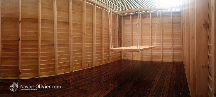Patio interior en madera con cubierta de luz filtrada, muros en bardage, suelo en tarima anti deslizante y mesa colgante. www.navarrolivier.com  #carpinteria #mesa #terraza #construcción #pergola #tarima #entramado #decoracion #navarrolivier #pergola #arquitectura #madera #jardin