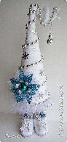 Поздравляю всех жителей Страны с Новым годом и Рождеством! Пусть этот год будет для всех счастливым! Предлагаю вашему вниманию свои предновогодние работы. Последняя из моей коллекции ёлочек - белая в серебре, назвала ее Метелица)) фото 1