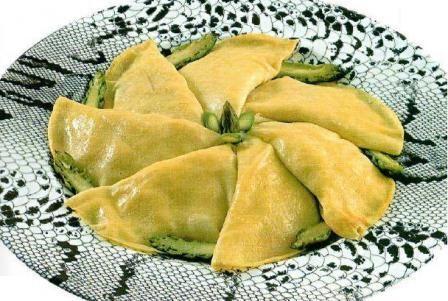 Per le crespelle alla crema di asparagi usate besciamella già pronta oppure preparatela in anticipo e conservatela in frigorifero coperta con un liev...