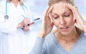 Wer unter Kopfschmerzen leidet, wünscht sich rasch Hilfe, um diese zu lindern. 90 Prozent der gesamten Leiden sind chronische Kopfschmerzen und auch Spannungskopfschmerzen. Doch welche Mittel helfen wirklich? Was hilft gegen Kopfschmerzen?  Kopfschmerzgeplagte wollen ihre Beschwerden so schnell wie möglich loswerden? Doch welche Möglichkeiten können gewählt werden, um die Schmerzen zu lindern? Trinken, trinken, …