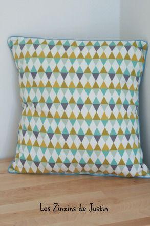 Pour décorer votre intérieur, voilà un jolie housse de coussin 40x40 cm dans un tissu de linna morata.  Motifs losange/triange géometrique. bleu, jaune moutarde, gris  rect - 10105229