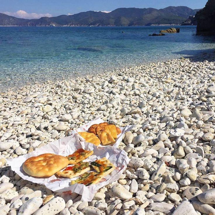 Oggi piove in tutta italia a pensare che solo 15 giorni fa si poteva pranzare in spiaggia  Qui siamo alla #padulella a #portoferraio nello scatto di @living.elba. Continuate a taggare le vostre foto con #isoladelbaapp il tag delle vostre vacanze all'#isoladelba. http://ift.tt/1NHxzN3