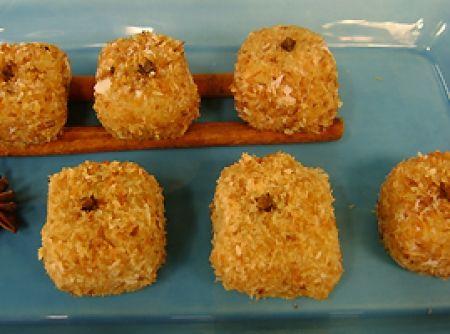 Receita de Brigadeiro de Pudim (com Laranja e Coco) - 1 colher (sopa) rasa de manteiga, 2 latas de leite condensado, 50 g de coco ralado, raspas de 1 laranja, 100 ml de suco de laranja, 3 claras, 9 gemas peneiradas, 1 colher (café) de essência de baunilha, suco de laranja (para empanar), 100 g (+/-) de coco ralado queimado misturado com meia, colher (chá) de canela em pó (para empanar)