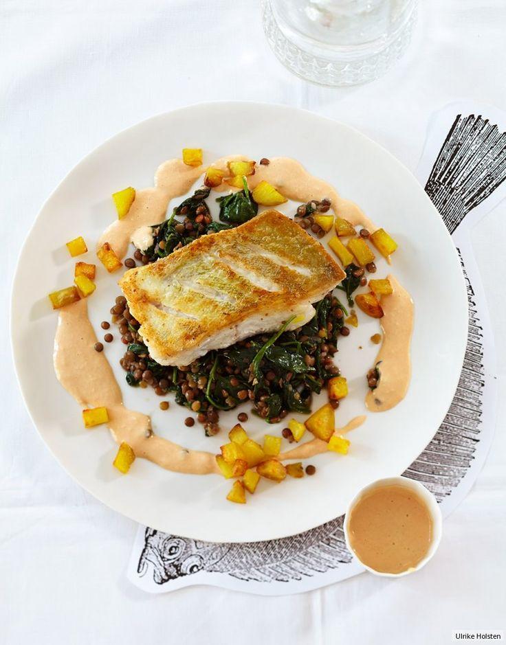 Dicke saftige Fischfilets auf sämig-feinem Puy-Linsen-Baby-Spinat mit Meerrettichcreme und Knusperkartoffeln - das ist satte Eleganz.
