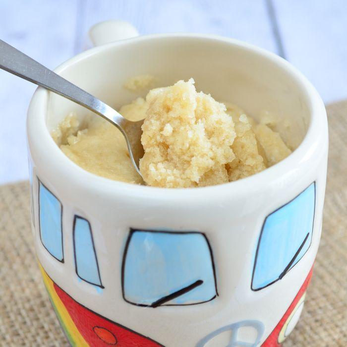 Deze vanille mug cake komt heel dicht in de buurt van een normale cake. Alleen maak je deze in slechts enkele minuten met behulp van de magnetron!