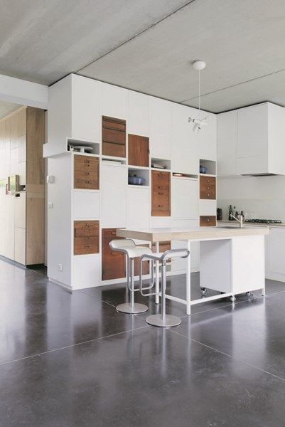 De kast tussen de keuken en de inkomhal kan langs beide kanten worden gebruikt.