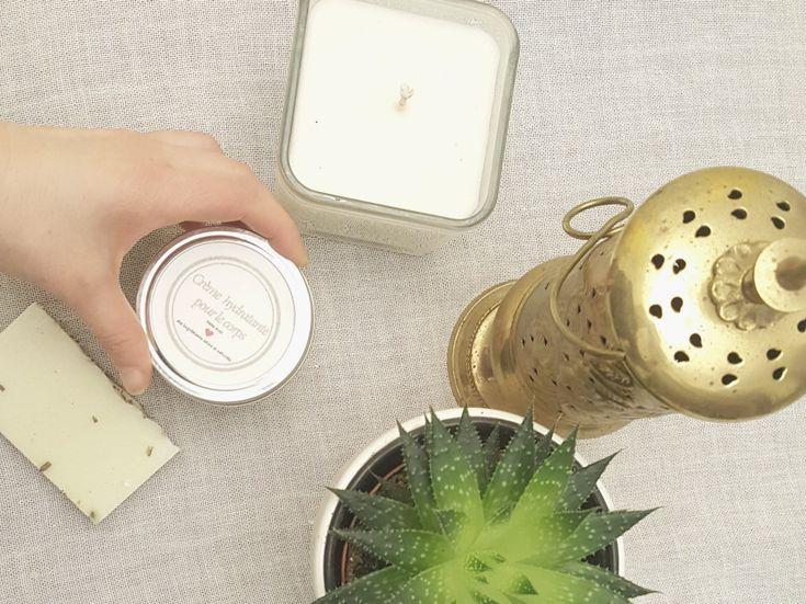 Pot de crème, avec un savon, une bougie, une jolie plante sur une table blanche