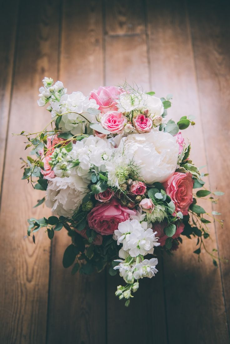 Pink and white bouquet with garden roses, peonies and stock for a rustic, countryside wedding in Picardy, flowers by Laetitia Mayor | floresie.com, picture by Charlène Drouel, Studio Menesson.
