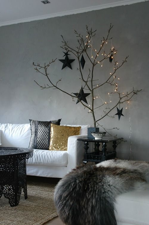 Met één prachtige boomtak versierd met kleine lampjes en zwarte decoraties, haal je direct die typische Nordic style kerst in huis! | Nordic style Xmas with decorated branch.
