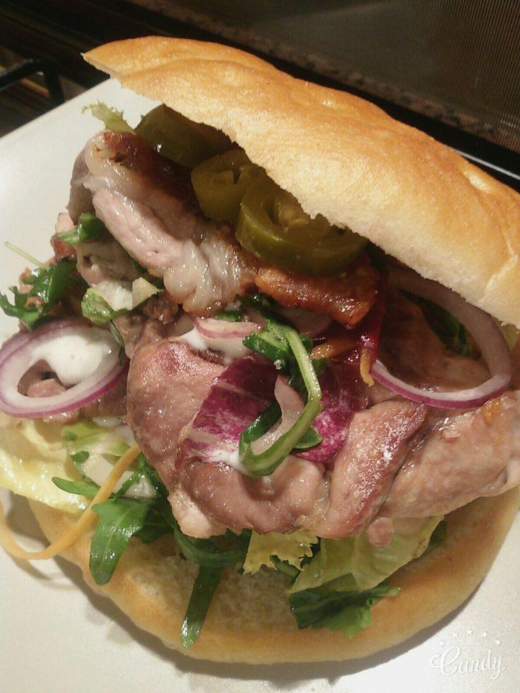 Panino con doppia bistecca di pollo, pancetta, insalata, salsa greca, cipolla rossa e jalapenos